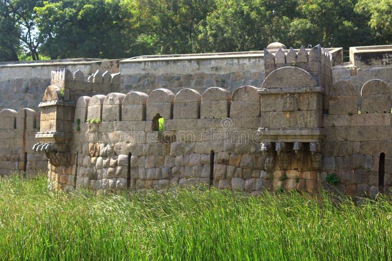 Antyczny duży battlement vellore fort z drzewami zdjęcie stock