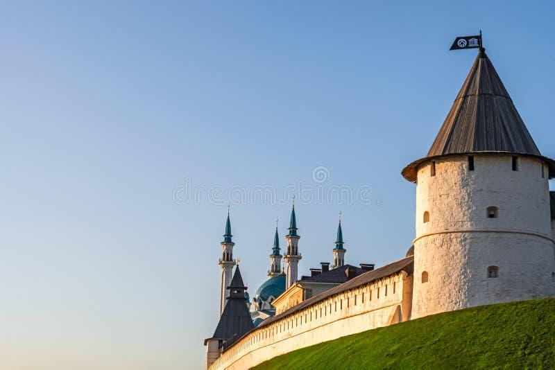 Antyczny forteca z meczetem Lato krajobraz Kazan Kremlin Zmierzch z pomarańczową łuną na basztowym fortecy Jasny niebieskie niebo fotografia stock