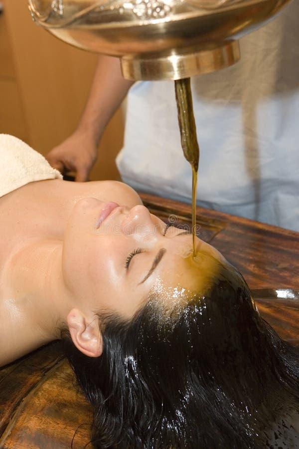 antyczny hindusa oleju shirodhara traktowanie obraz stock