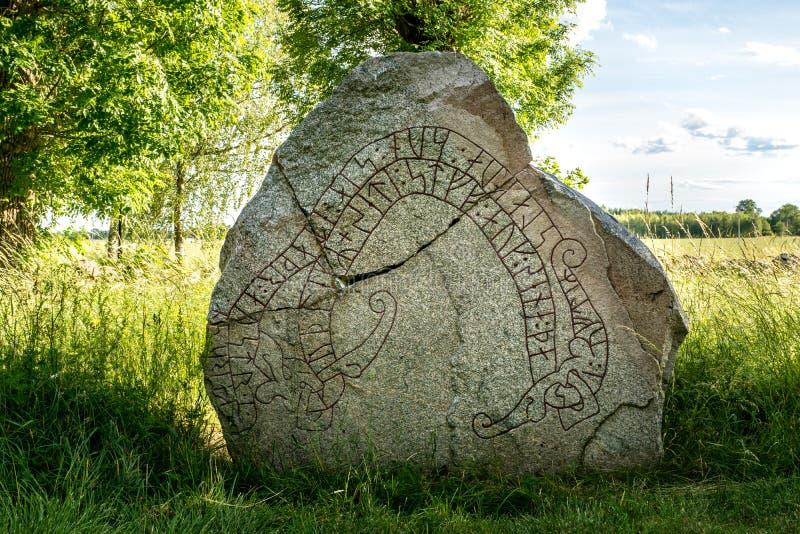 Antyczny i krakingowy rune kamień z lata tłem obrazy stock