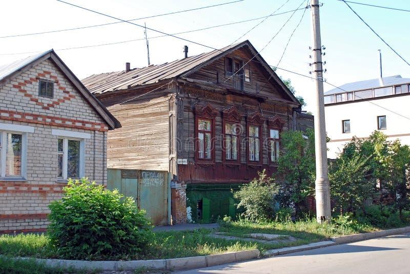 Antyczny jaśniepański zamieszkany drewniany dom na Karl Marx ulicie w mieście Syzran Lata miasta krajobraz Samara region fotografia royalty free