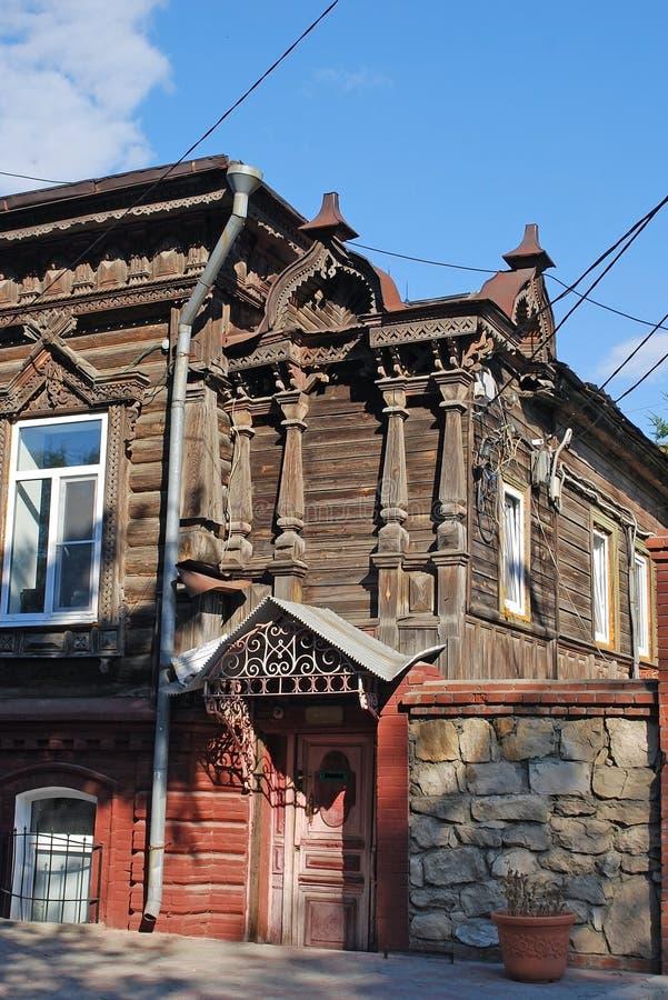 Antyczny jaśniepański zamieszkany drewniany dom na Karl Marx ulicie w mieście Syzran Lata miasta krajobraz Samara region fotografia stock