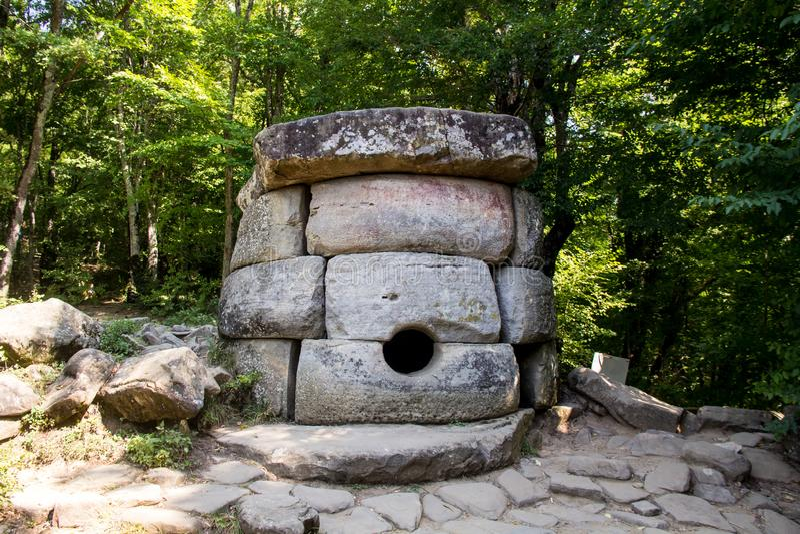 Antyczny kafelkowy dolmen w dolinie rzeczny Cajgowy pobliski Czarny morze, Rosja, południowy wschód Gelendzhik zdjęcie stock