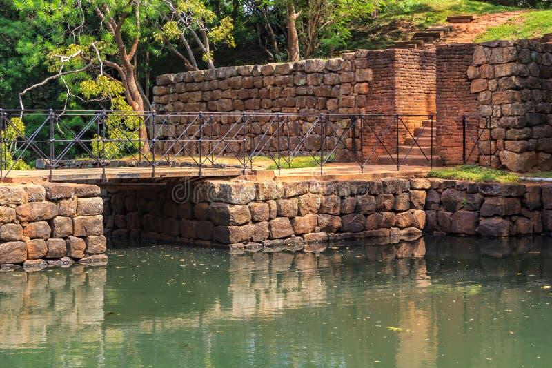 Antyczny kamienia most przez kanał na drodze forteca Sigiriya lwa skała zdjęcie stock