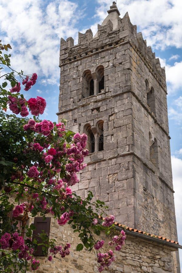 Antyczny kamienny dzwonkowy wierza w brzęczeniu, chorwacki miasteczko mały w świacie zdjęcie stock