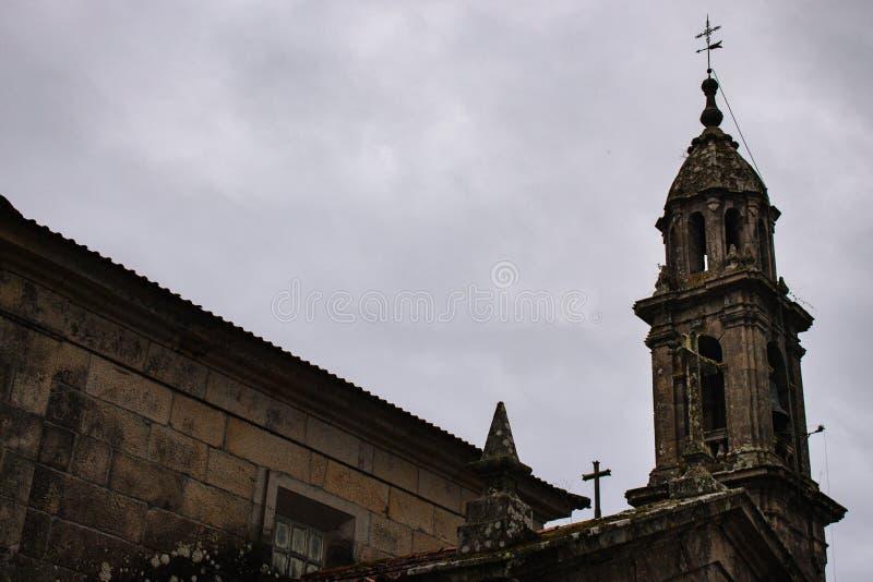 Antyczny kamienny kościół z wierza i krzyżami Średniowieczni monasterów szczegóły Powierzchowność katolicki catherdal Stara świąt obrazy stock