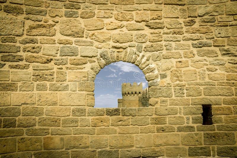 Antyczny kamienny okno z kasztelu i nieba tłem zdjęcia stock