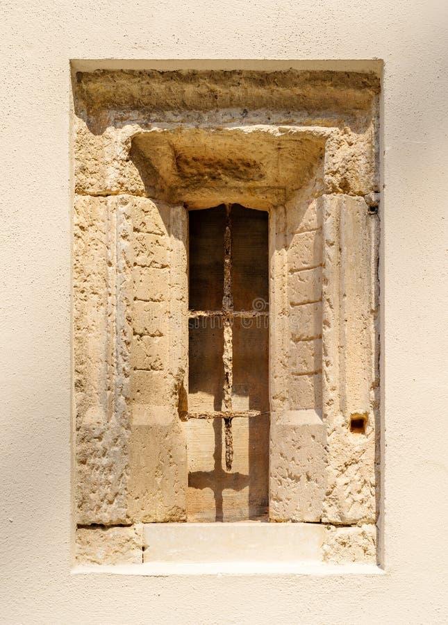 Antyczny kamienny okno z starą nadokienną siatką obrazy royalty free