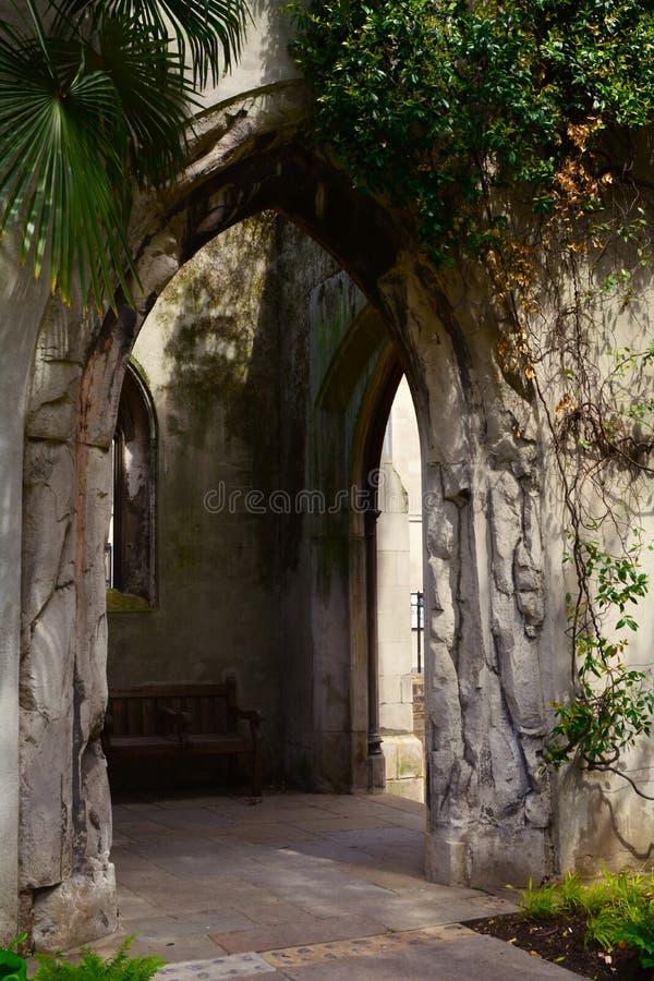 Antyczny kamienny wejście tajny ogród zdjęcia royalty free