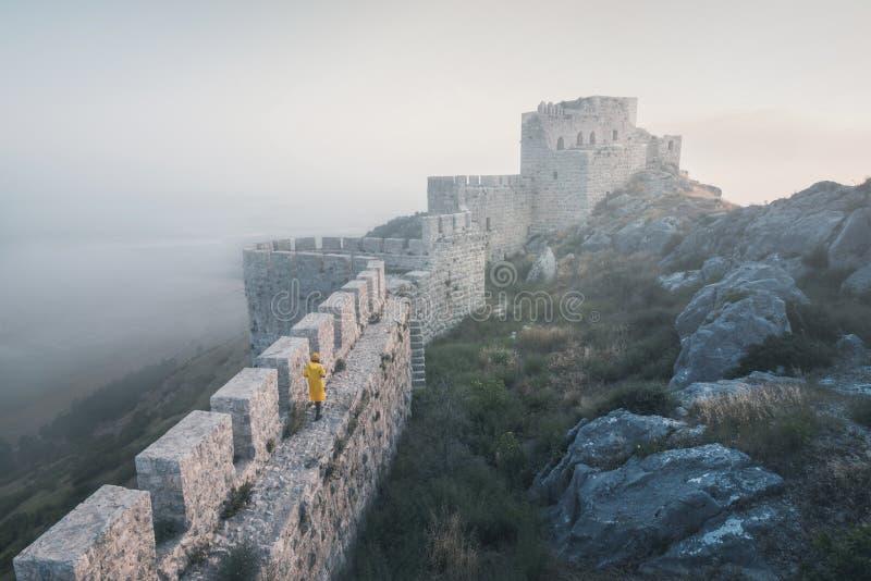 Antyczny kasztel wąż, Adana, Turcja, lokalizujący na górze góry i ofert piękny widok krajobraz zdjęcia royalty free
