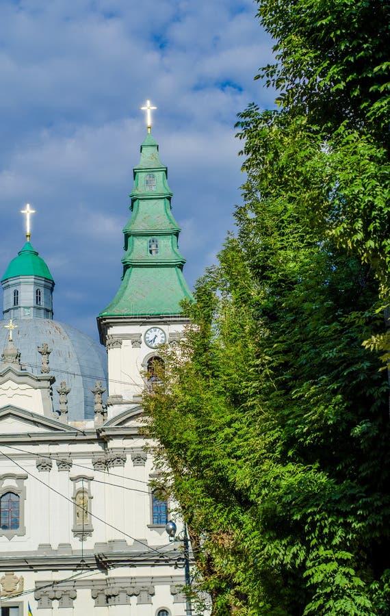 Antyczny kościół katolicki z błyszczącymi krzyżami fotografia stock