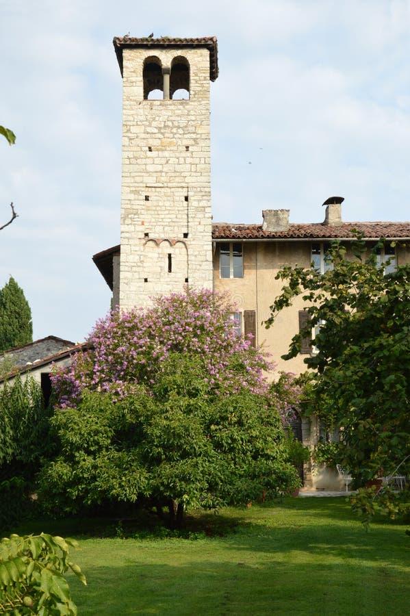 Antyczny kościół w średniowiecznej wiosce w Brescia wsi zdjęcie stock