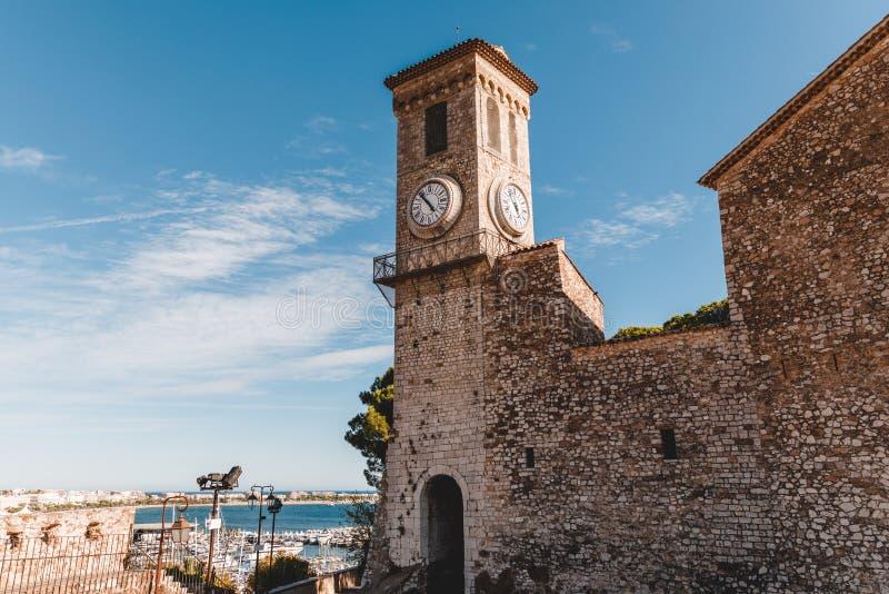 antyczny kościół z zegarowy wierza przy starym europejskim miastem, zdjęcia royalty free