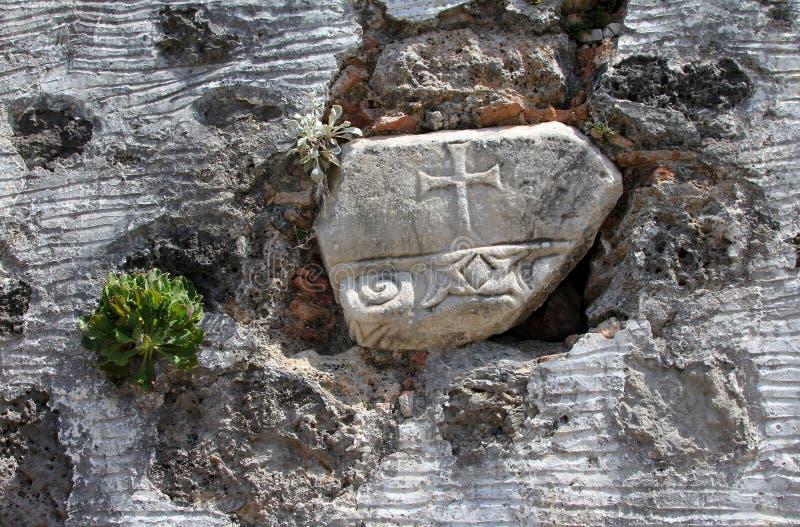 Antyczny krzyż na ścianie rujnujący Greckokatolicki kościół zdjęcie royalty free