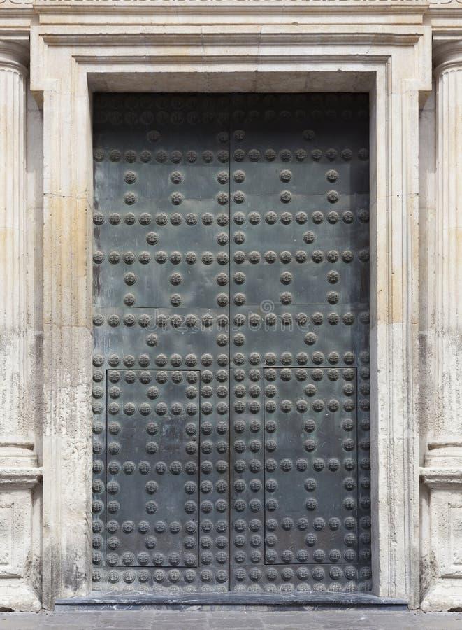 Antyczny metalu drzwi z stadninami zdjęcie royalty free