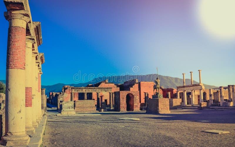 Antyczny miasto Pompeii rujnuje widok niszczącego Vesuvius Włochy fotografia royalty free