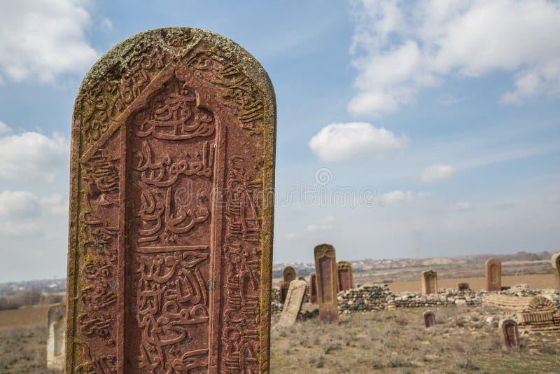 Antyczny muzułmański cmentarz blisko Agstafa, Azerbejdżan z pisaniami na farsi dla grafiki i sieci projekta dla strony internetow fotografia royalty free