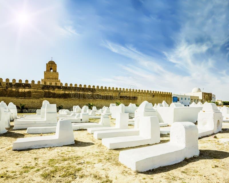 Antyczny Muzułmański cmentarz przez od meczetu w Kairouan obrazy royalty free
