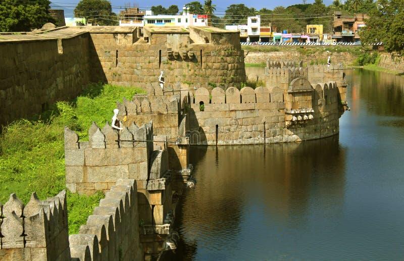 Antyczny okop z fortów battlements i ampuły ściany krajobrazem obrazy stock