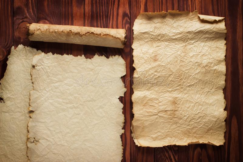 Antyczny papier, ślimacznicy na drewnianym stole jako tło obraz royalty free