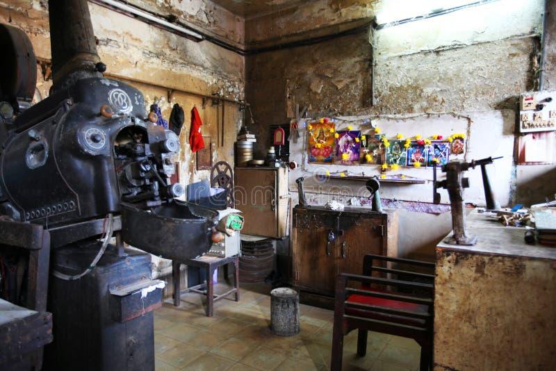 Antyczny projektoru pokój przy pojedynczym parawanowym kinem, maharashtra, India zdjęcia stock