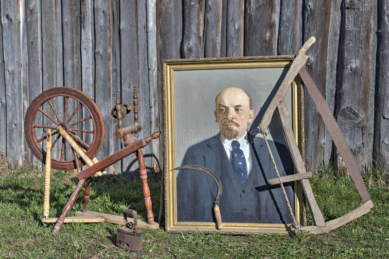 Antyczny rosyjski rolnik rzeczy portret Vladimir Lenin, przędzalniany koło, handsaw obrazy stock