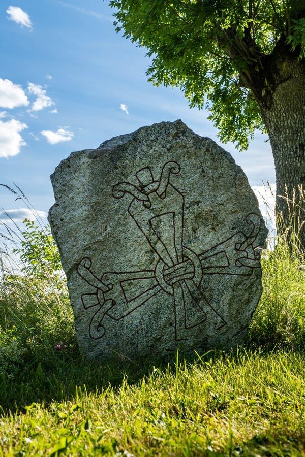 Antyczny rune kamień z symbolem czerwony krzyż zdjęcie stock