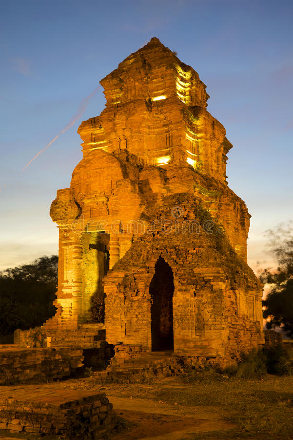 Antyczny sanktuarium Cham w wieczór zmierzchu Phan Thiet, Wietnam zdjęcie stock