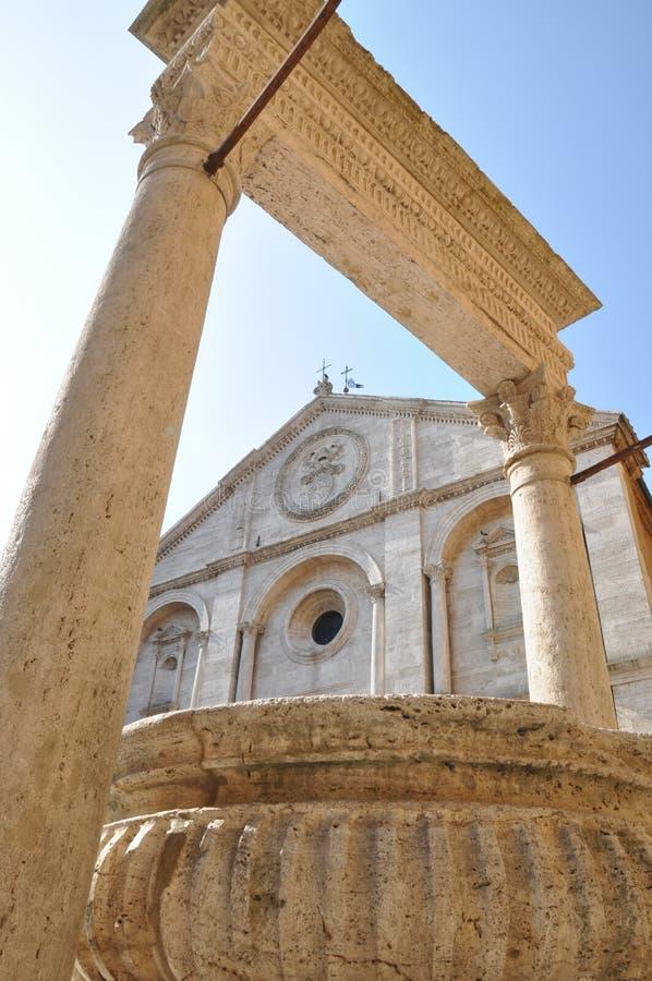 Antyczny well i katedra w Pienza Tuscany obrazy stock