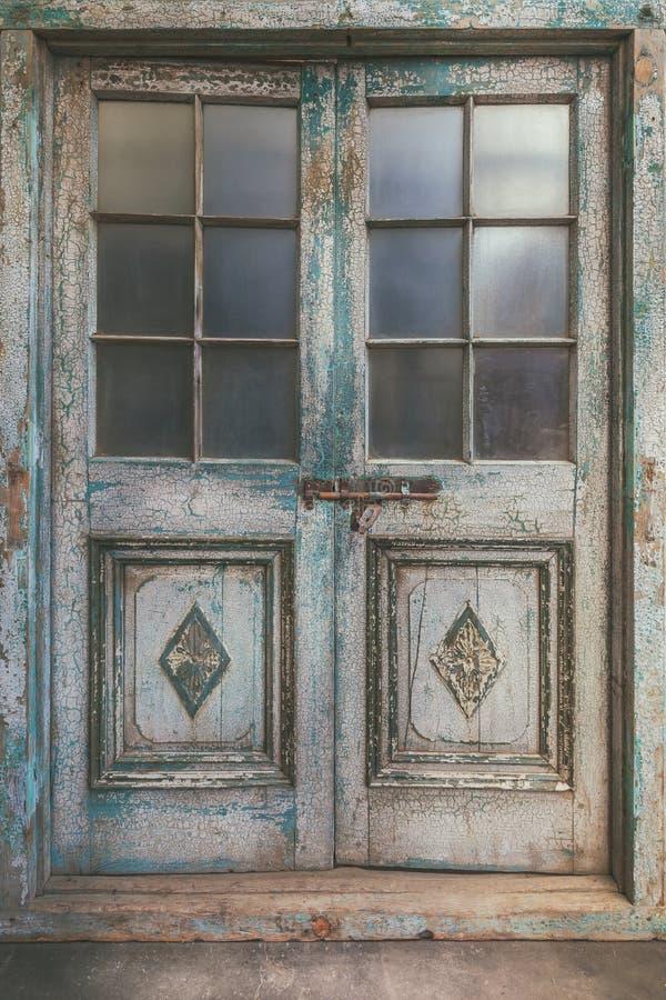 Antyczny wietrzejący dwoisty wejściowy drzwi fotografia royalty free
