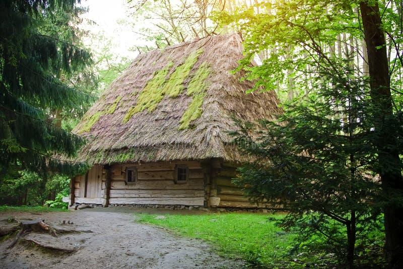 Antyczny wioska dom w muzeum Ludowa architektura i Wiejski L zdjęcie stock
