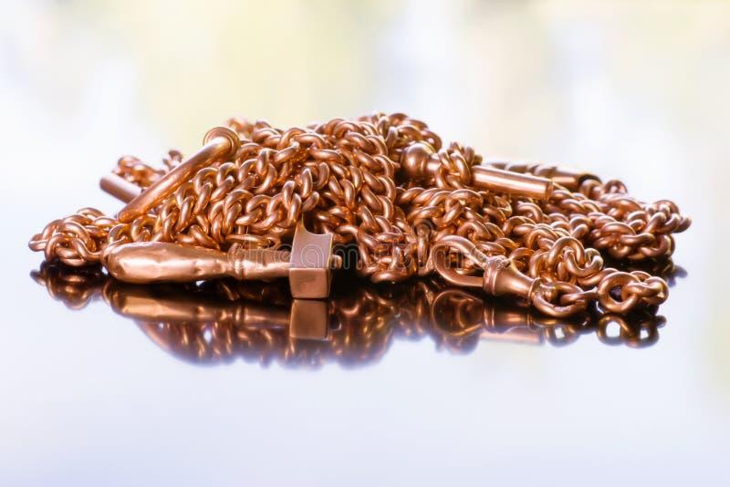 Antyczny złoty łańcuch i urok obrazy stock