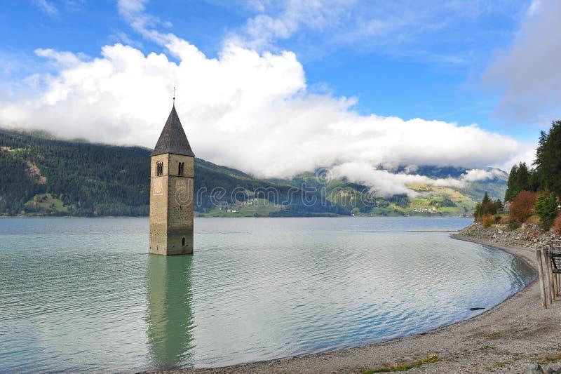Antyczny zanurzający dzwonkowy wierza w Graun im Vinschgau obraz stock