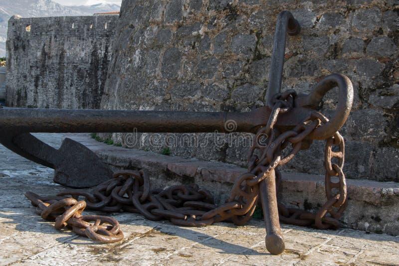 Antyk kotwica przy ścianami Stary miasteczko Śródziemnomorski miasto Budva obrazy stock
