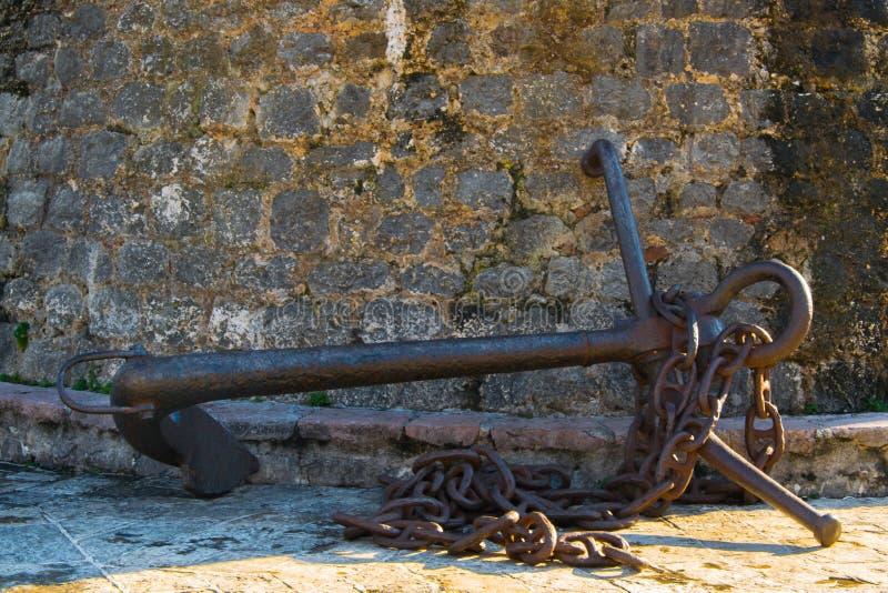 Antyk kotwica przy ścianami Stary miasteczko Śródziemnomorski miasto Budva zdjęcia stock