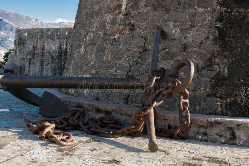Antyk kotwica przy ścianami Stary miasteczko Śródziemnomorski miasto Budva zdjęcie stock
