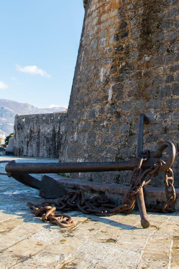 Antyk kotwica przy ścianami Stary miasteczko Śródziemnomorski miasto Budva obraz royalty free