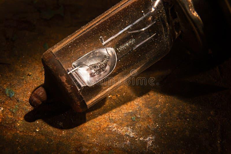 Antyk uszkadzał żarówkę na żółtego metalu grunge tle zdjęcia stock
