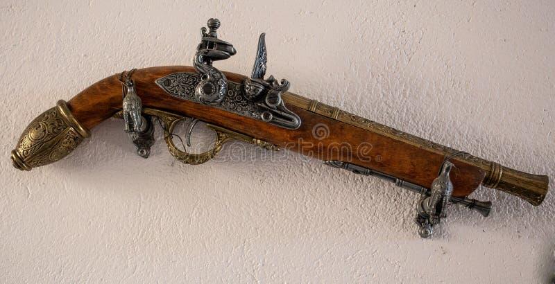 Antyka pistolet na ścianie fotografia royalty free