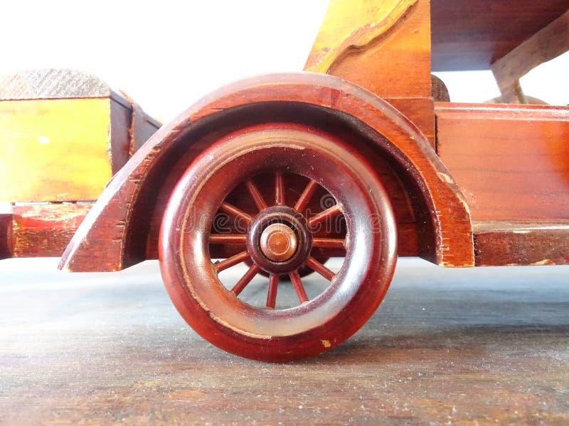 Antyka, rocznika drewniany zabawkarski samochód/ zdjęcia royalty free