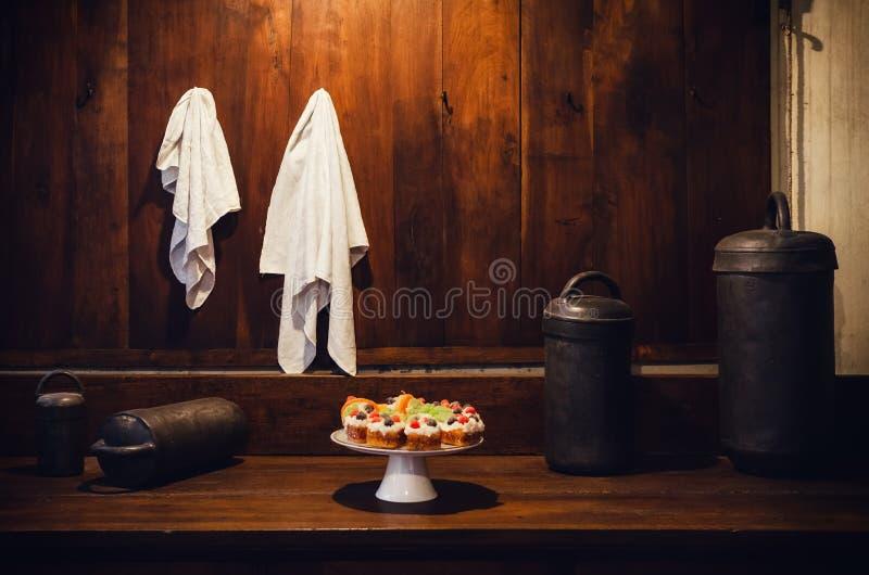 Antyka XIX wieka ławki stary drewniany kuchenny wierzchołek z naczyniem z cukierki tortem obrazy royalty free