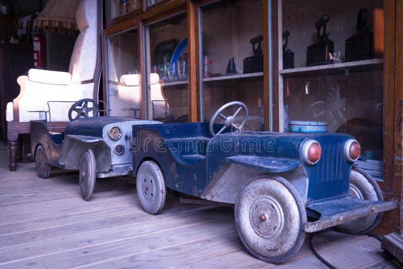 Antyka zabawkarski samochód w rocznika stylu tło zdjęcie stock