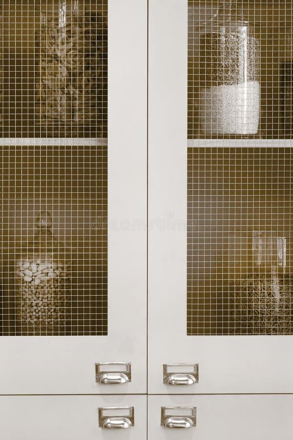 Antykwarscy kuchenni gabinety obraz stock