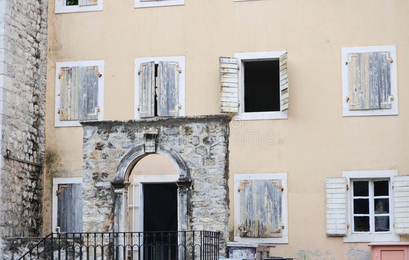Antykwarscy okno i łuk w Kotor, Montenegro obrazy royalty free