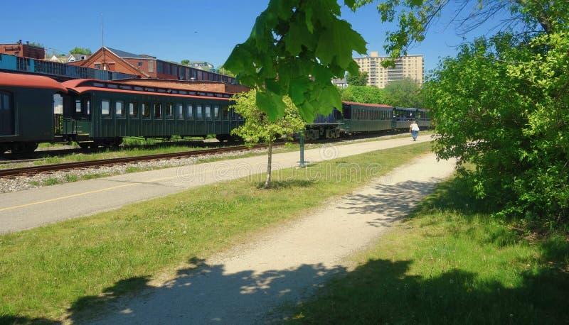 Antykwarscy pociągów pasażerskich samochody siedzi na śladach outdoors obrazy stock