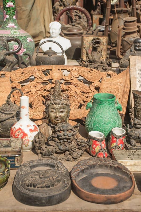 Antykwarscy towary wystawiali ona pchli targ, Pinyao, Chiny obrazy stock