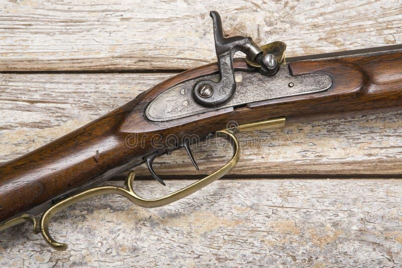 Antykwarska broń palna wietrzejący tło obrazy royalty free
