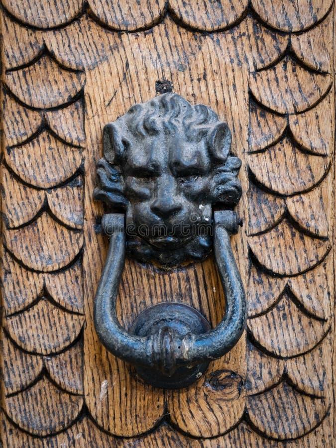 Antykwarska drzwiowego knocker lwa ` s kształtująca głowa fotografia stock