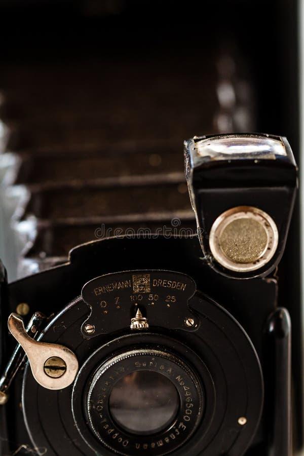 Antykwarska Ernemann falcowania Drezdeńska kamera na Marmurowym tle obrazy stock