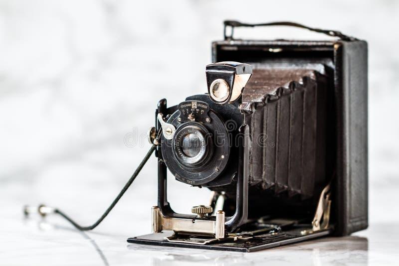 Antykwarska Ernemann falcowania Drezdeńska kamera na Marmurowym tle obraz royalty free